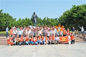 40名老人结伴游莲花山---宝安日报报道